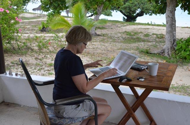 Sjekking av epost på terrassen