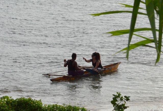 Lokal fisker i utriggerkano